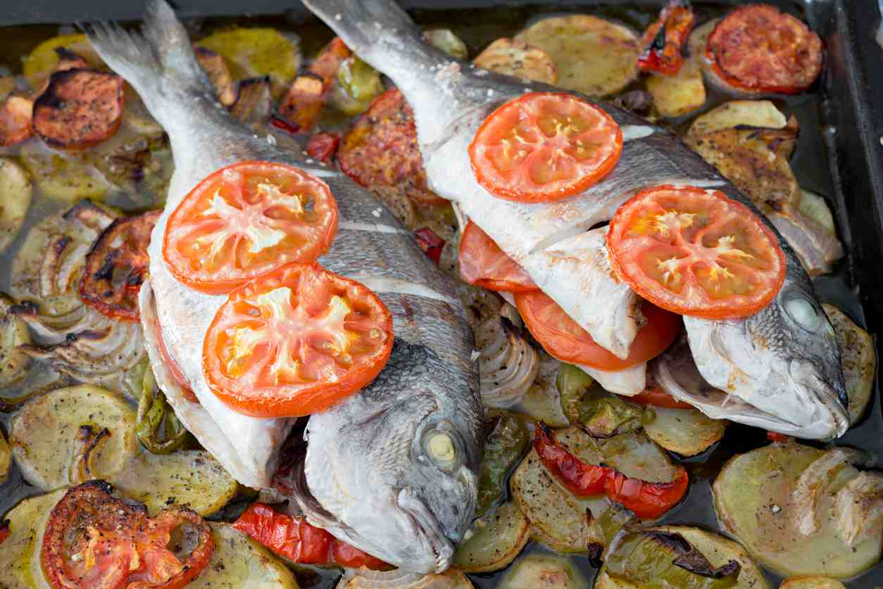 Orata all'isolana, un piatto di pesce preparato con ingredienti semplici e genuini