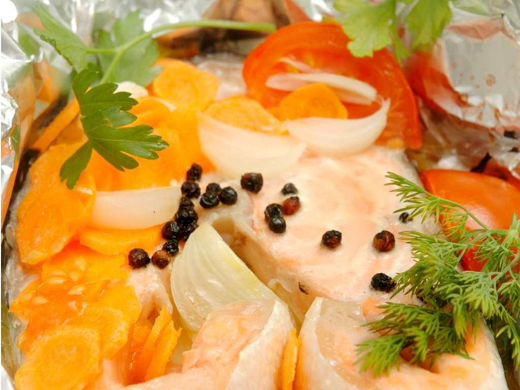 Salmone al cartoccio, la ricetta semplice per un piatto ricco e gustoso