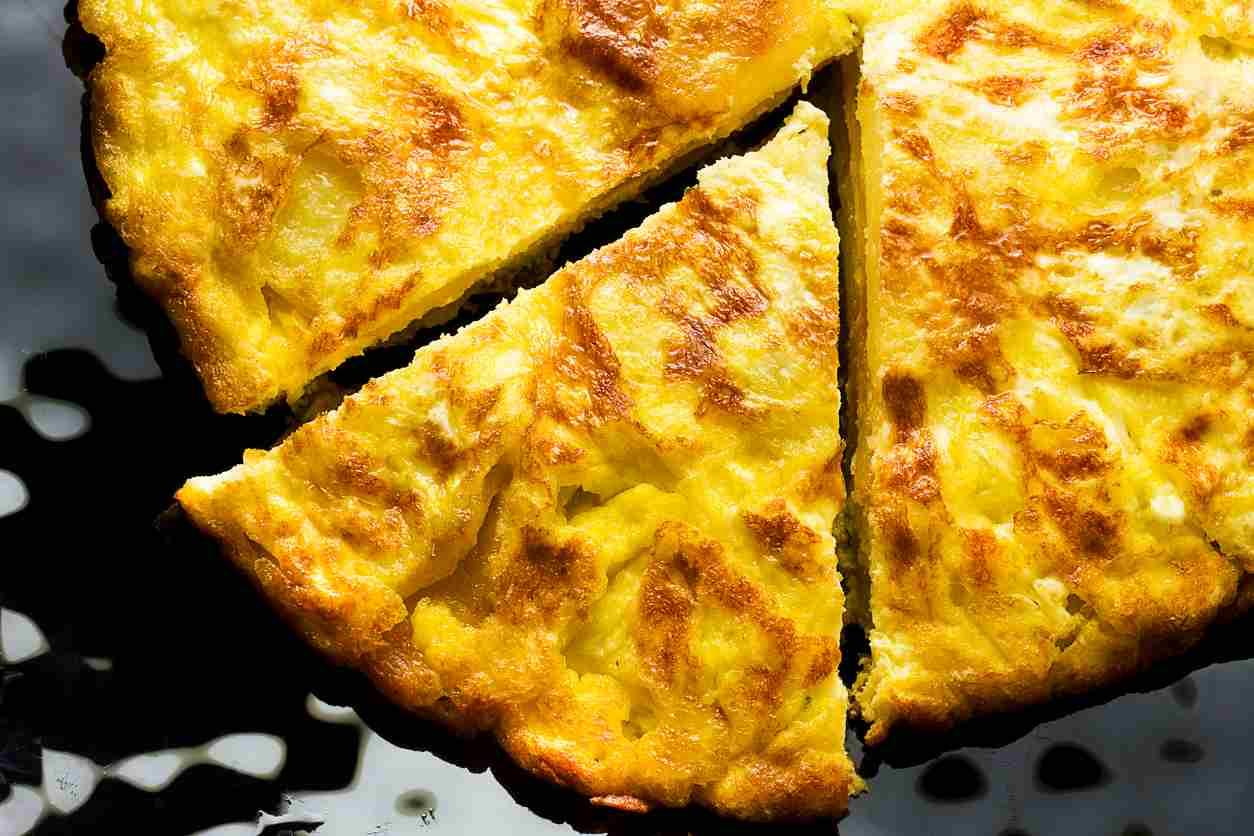 Frittata di pane, un piatto low cost e gustoso da servire