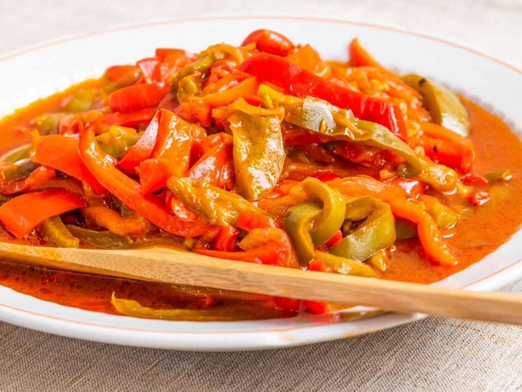 Peperonata senza aglio, la ricetta per un contorno semplice e gustoso
