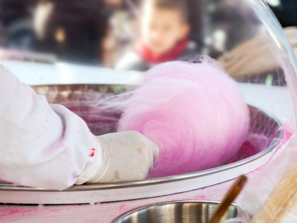 Zucchero filato, la ricetta semplice per prepararlo in casa