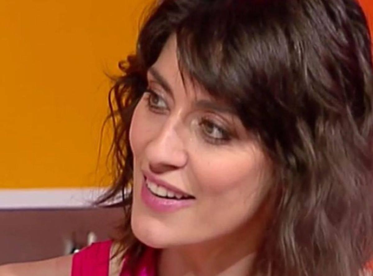 Elisa Isoardi 'imbarazza' il pubblico: si toglie la camicia in diretta