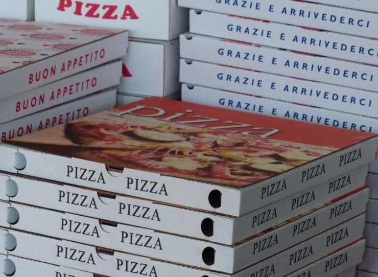 Raccolta differenziata: sicuri di sapere dove vanno i cartoni sporchi della pizza?