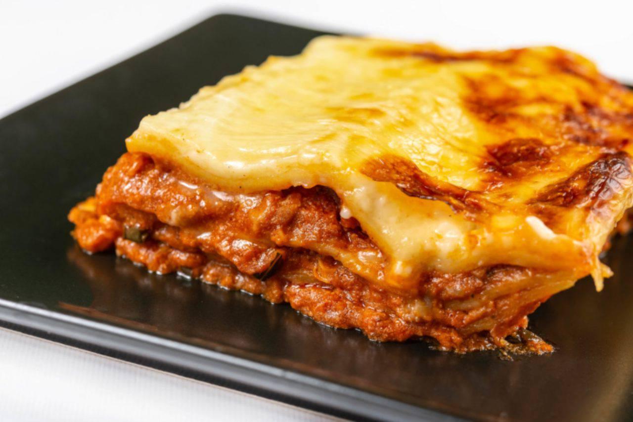 Cosa si mangia a Carnevale a Napoli: lasagne (in tutte le varianti), chiacchiere e sanguinaccio