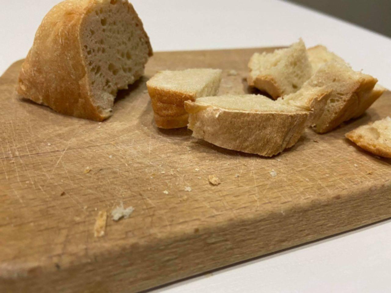 Crostini di pane fatti in casa con olio e spezie: saranno il vostro spuntino preferito
