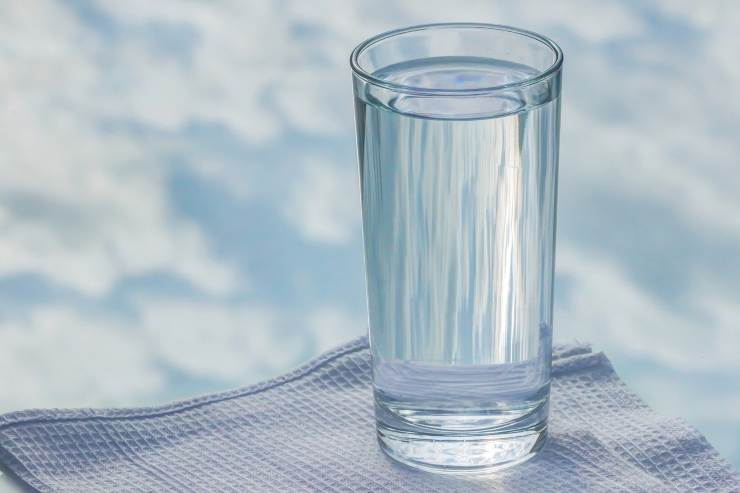 acqua tavola bicchiere