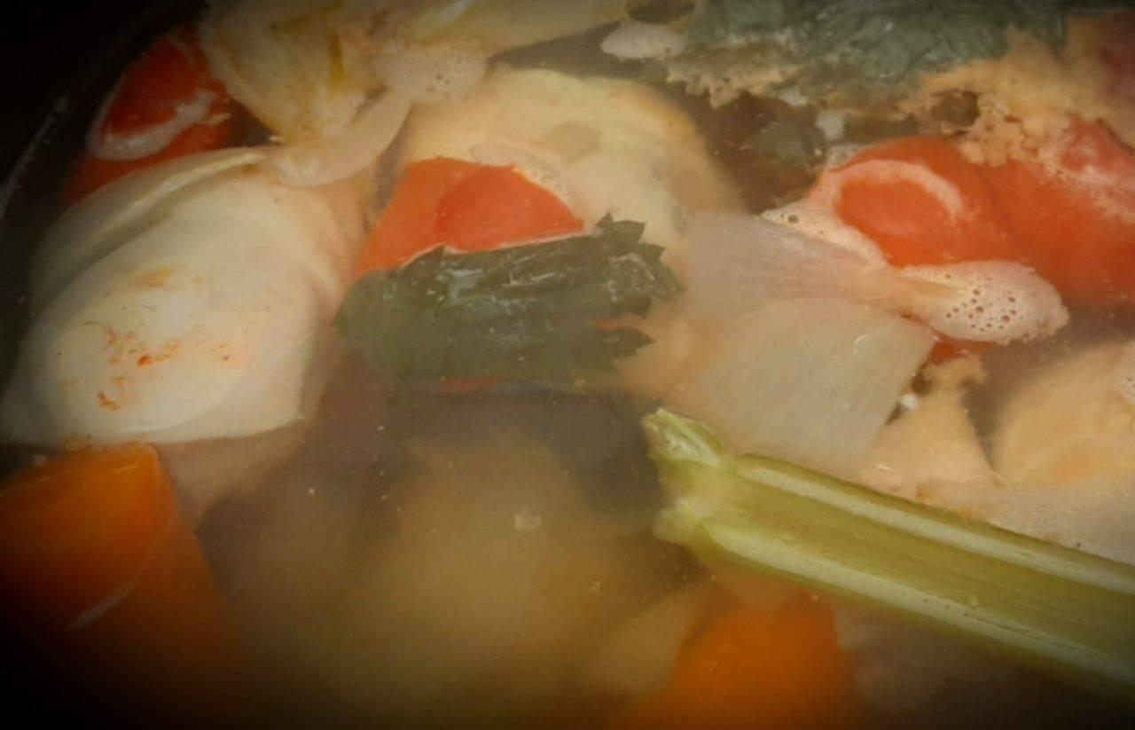 Brodo di pollo, il piatto ideale in vista dell'inverno: due trucchi per renderlo perfetto