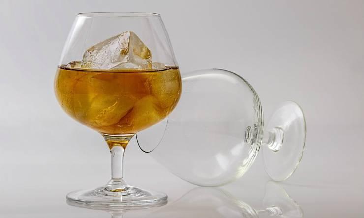 liquore con ghiaccio
