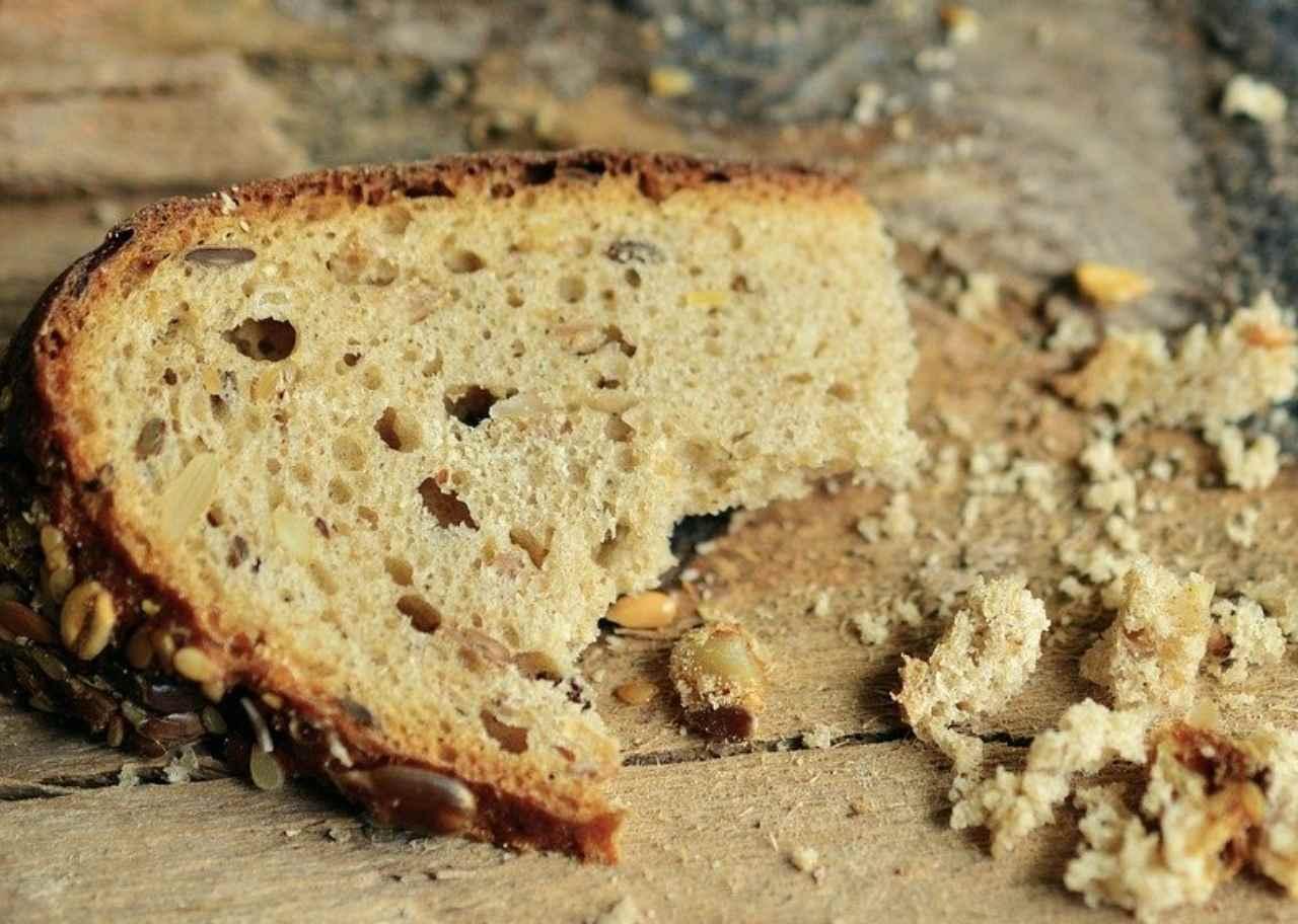 Torta 'povera' fatta con il pane raffermo: pronta in pochissimi minuti