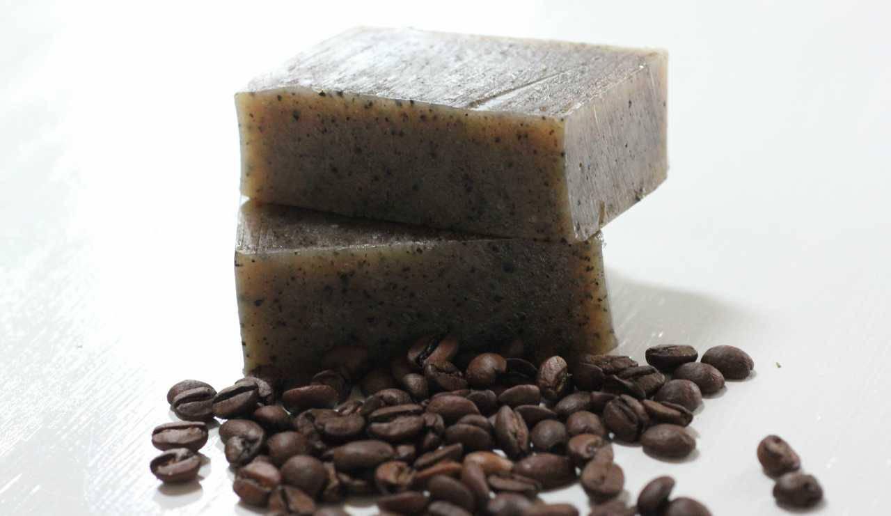Saponette al caffè fai da te: la ricetta facilissima per pelli grasse e cellulite