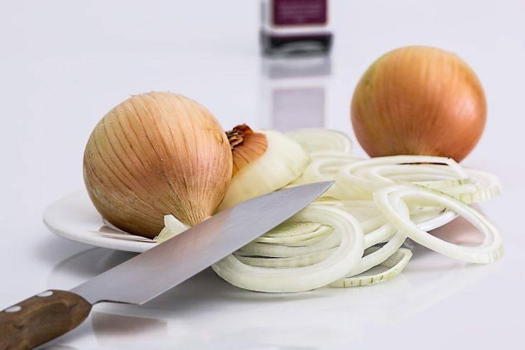 sbucciare cipolla