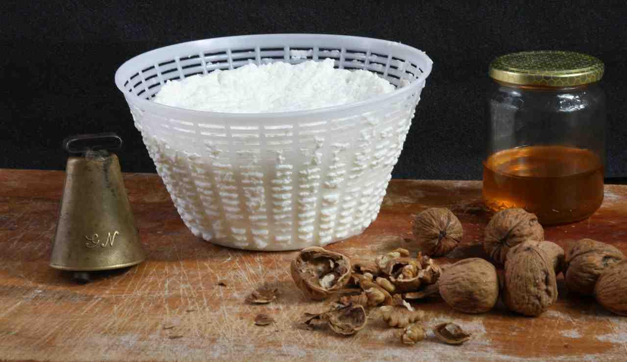 Ricotta fatta in casa: l'ingrediente magico per farla in 5 minuti