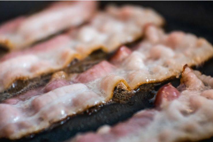 Spiedini di carne e verdure: arrotola il bacon con queste due verdure, il risultato è sorprendente