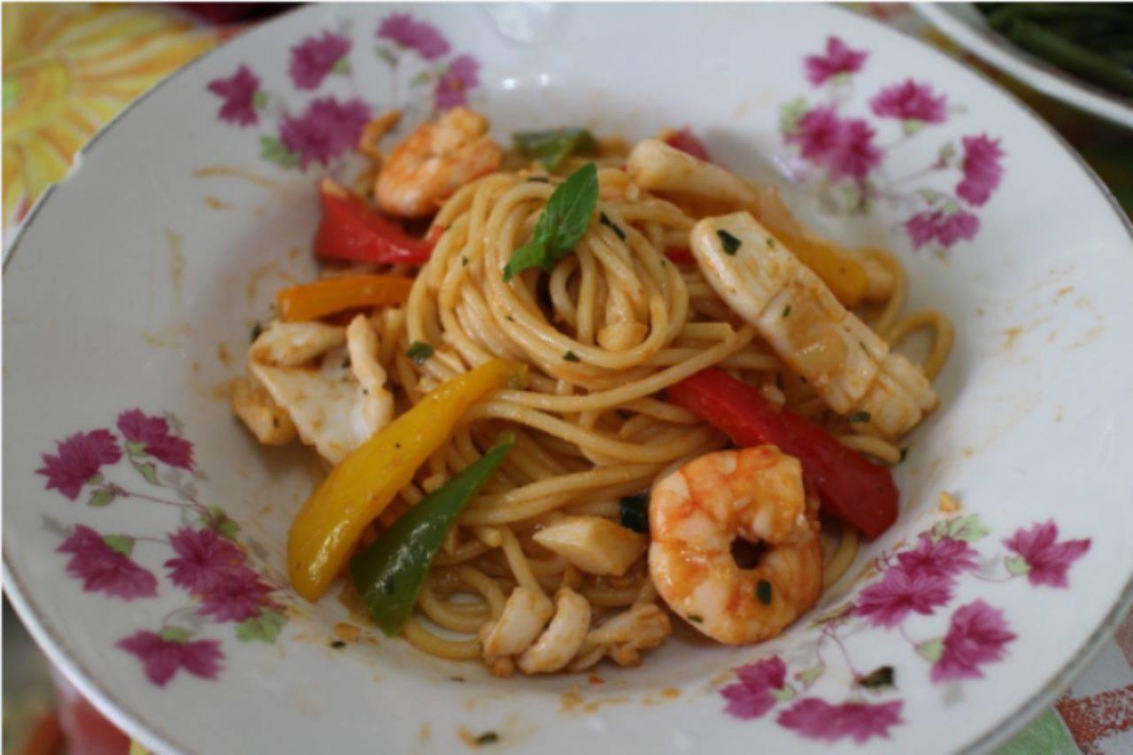Menù orientale: spaghetti fritti con verdure come dal cinese