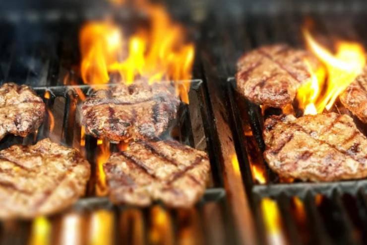 Hamburger al forno: impastate con questi due ingredienti, il risultato sarà super