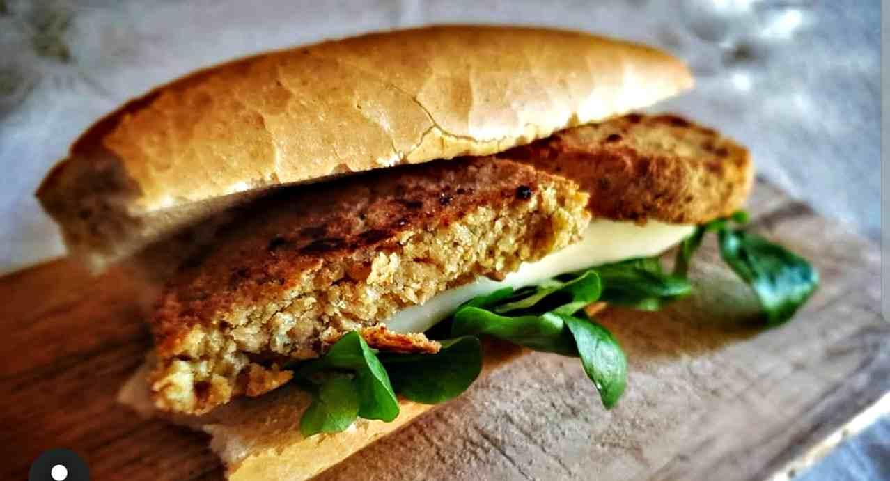 Hamburger nel panino, ma non classico: la ricetta senza carne in 5 minuti