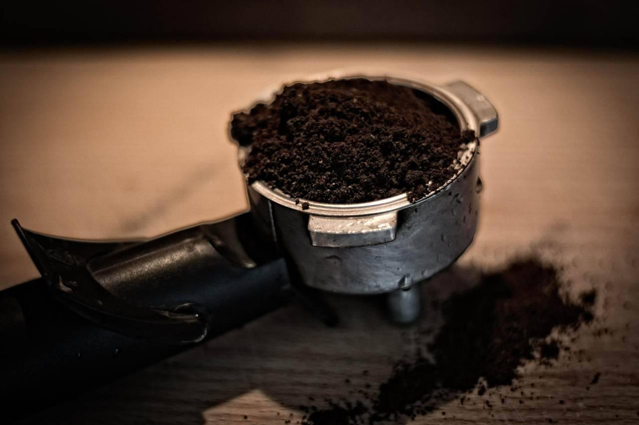 Fondi di caffè | non gettarli via: i 'trucchetti' infallibili su come riutilizzarli