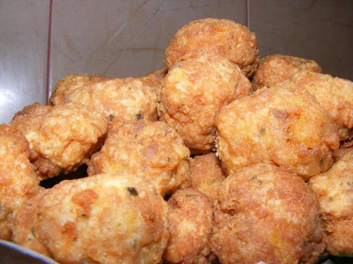 Medaglioni di patate e pancetta, saporiti da cuocere al forno o in padella