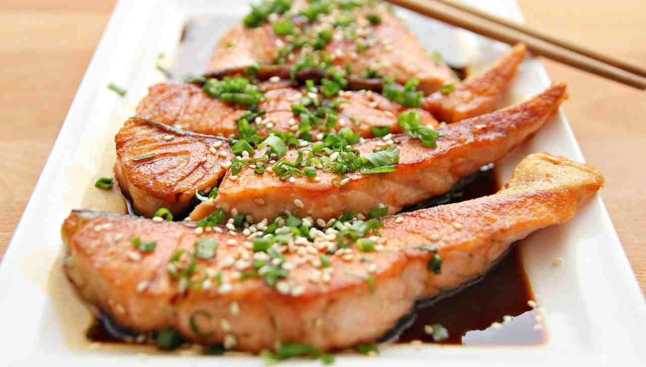 Prendi il salmone e condisci così, poi cuocilo in padella: sorprendente!