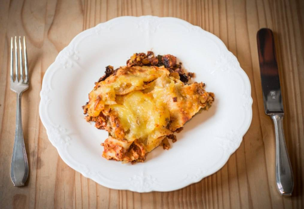 Lasagne cacio e pepe con salsiccia, un piatto filante ideale per la domenica