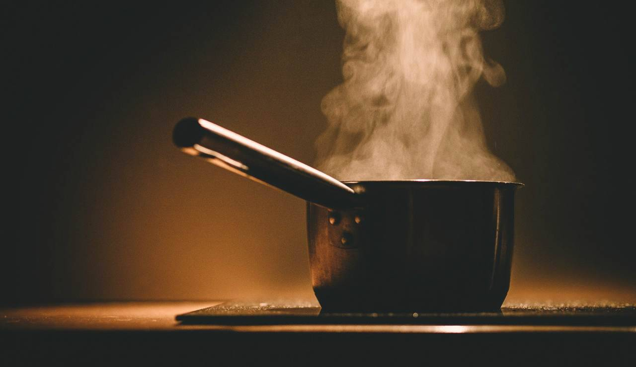 Riso bruciato sul fondo delle pentole: 2 metodi infallibili contro le incrostazioni