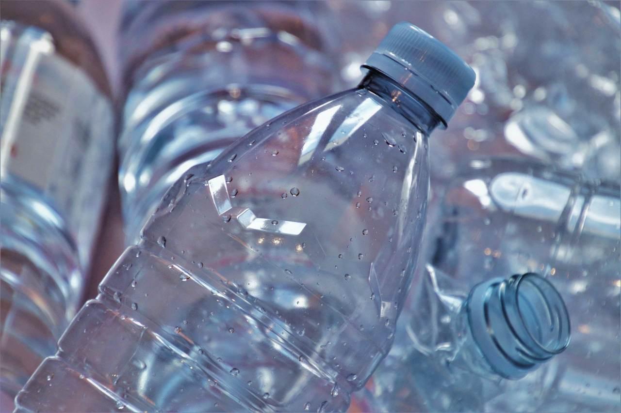 Contenitori di plastica, non buttarli via: ecco come riutilizzarli (Fonte foto: Pixabay)