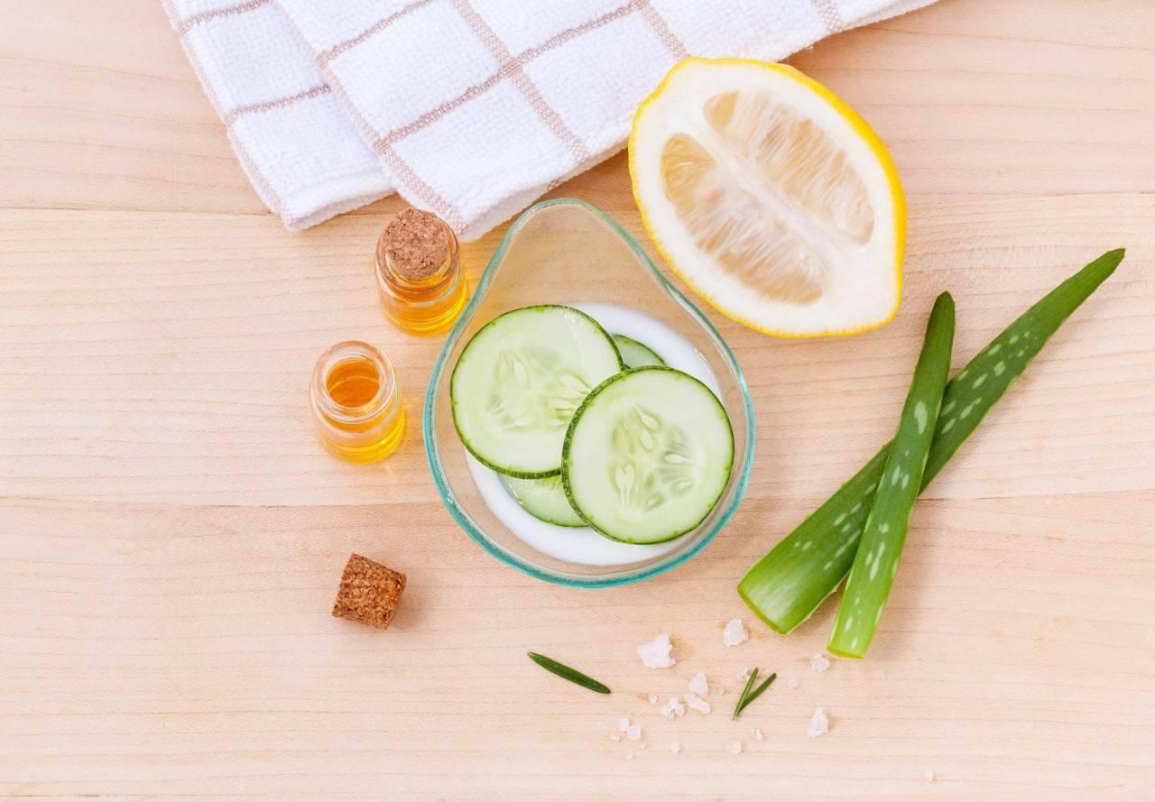 Pelle grassa, rimedi fai da te: come curarla in casa con ingredienti naturali