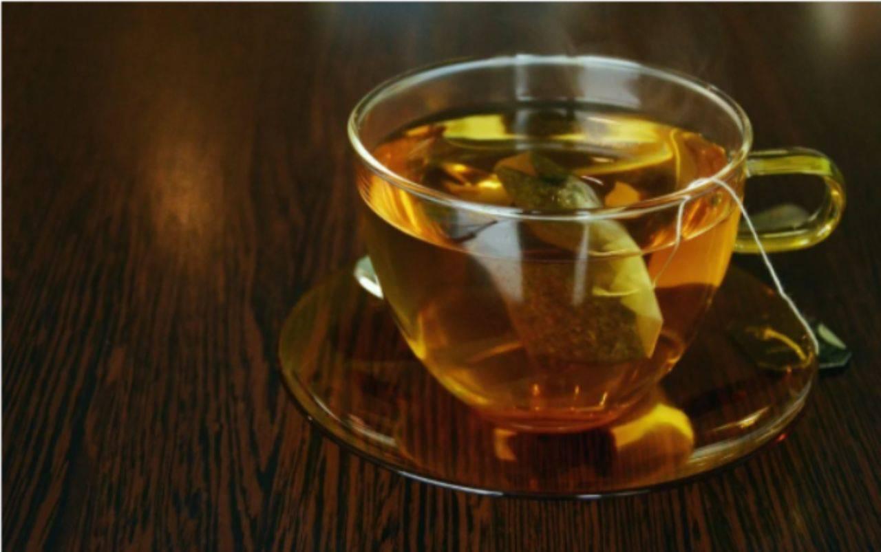 Non buttate le bustine di tea usato: l'incredibile utilizzo per la vostra pelle