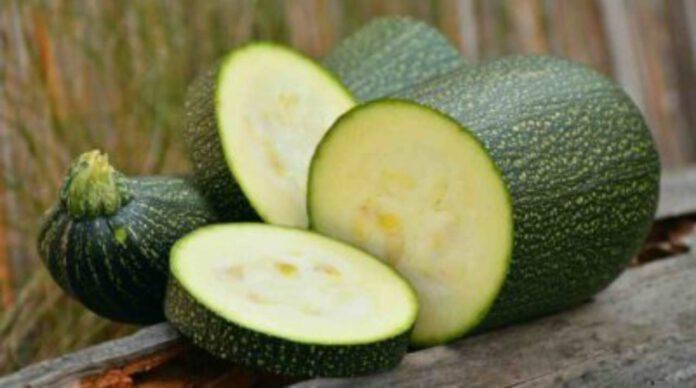 Taglia a rondelle le zucchine, condisci ed aggiungi questo ingrediente: il secondo piatto gustoso pronto in pochi minuti