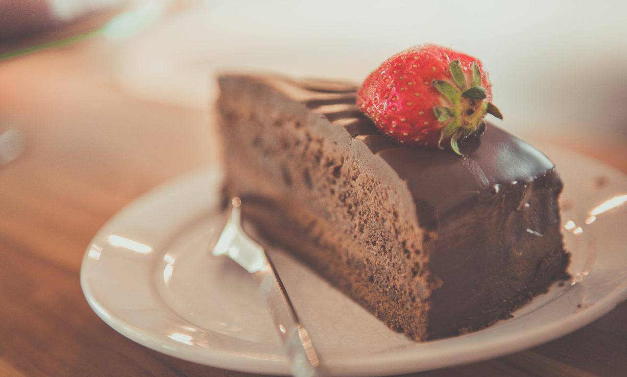 Non è la solita torta al cioccolato! Provala così, vedrai che squisitezza