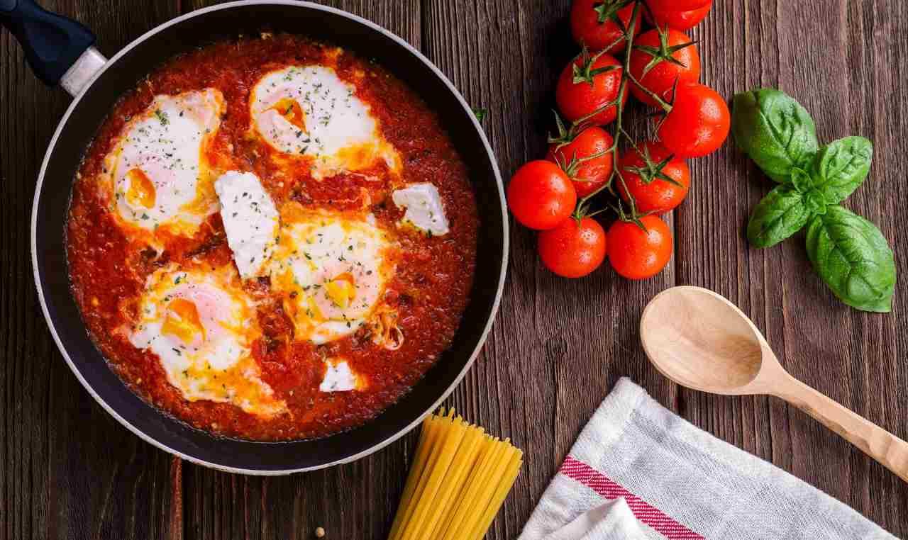 Uova alla pizzaiola: una ricetta così golosa, non l'avevi ancora mai assaggiata