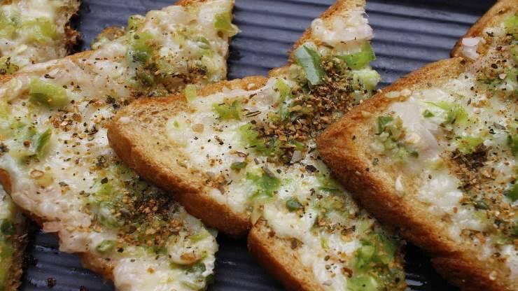 fettine toast avocado formaggio