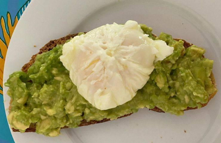 Pane tostato, con avocado ed uovo pochè
