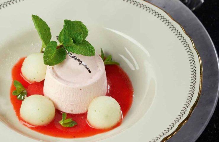 Budino di yogurt e fiori di sambuco