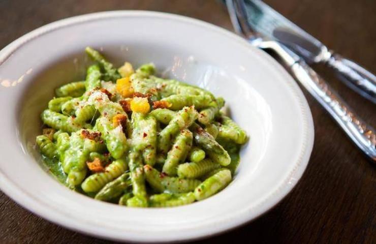 Busiate con crema di pistacchi, stracciatella e crudo croccante ricetta veloce