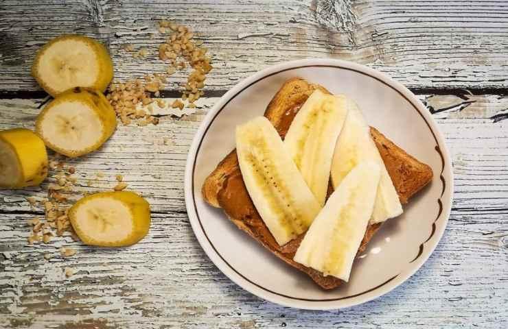 Pane, banana e burro d'arachidi ricetta colazione sportivi