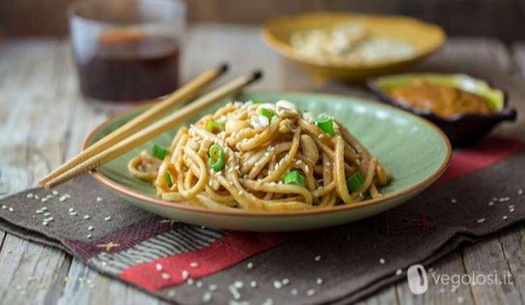 Udon con salsa di arachidi e sesamo croccante ricetta